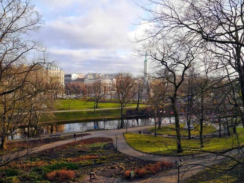 Вид на Памятник Свободы (латыш. Brīvības piemineklis),  одну из главных достопримечательностей города и один из неофициальных символов Латвии