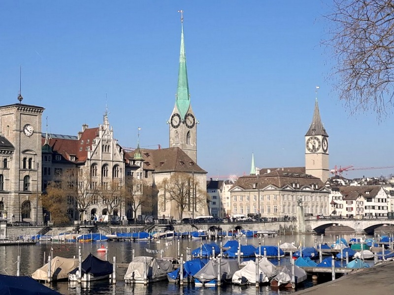Вид на Фраумюнстер и церковь святого Петра.