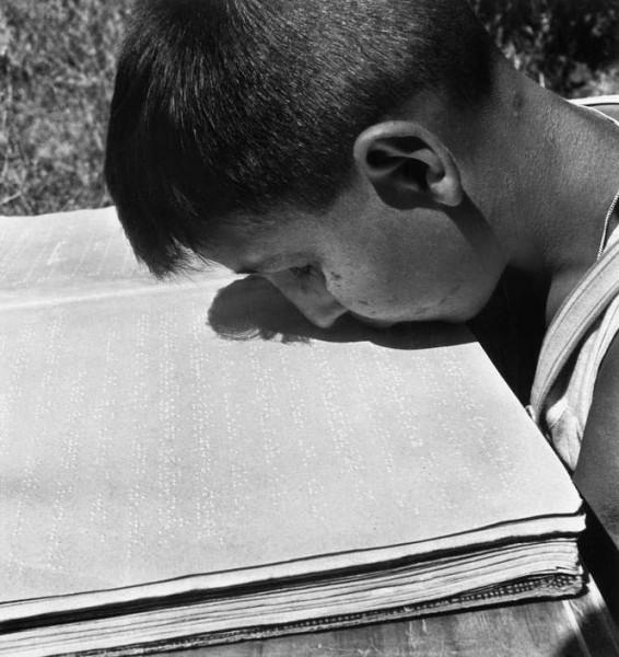 Слепой мальчик, потерявший руки во время войны, научился читать губами_Рим.1948.jpg