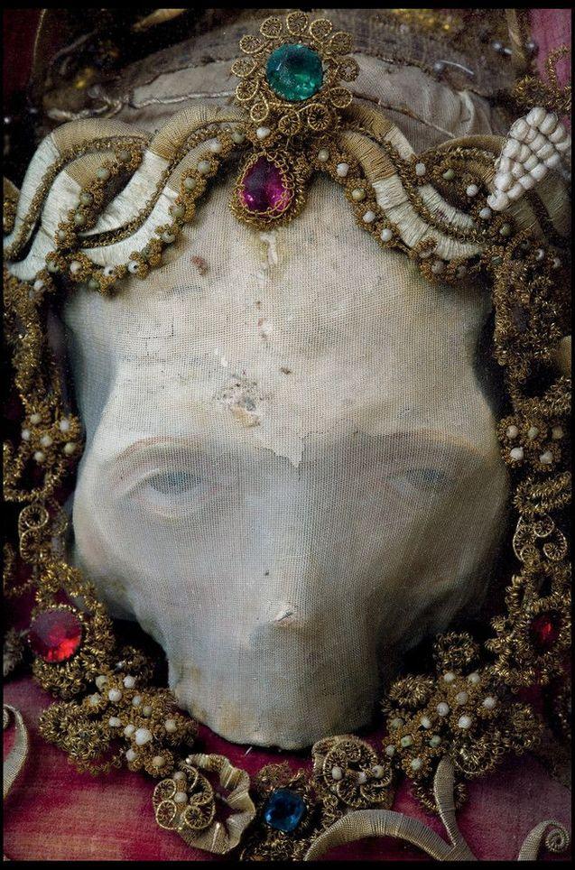 Этот череп назвали Деодат, потому что личность, которой он принадлежал, так и не была установлена. (Photo by Paul Koudounaris BNPS)