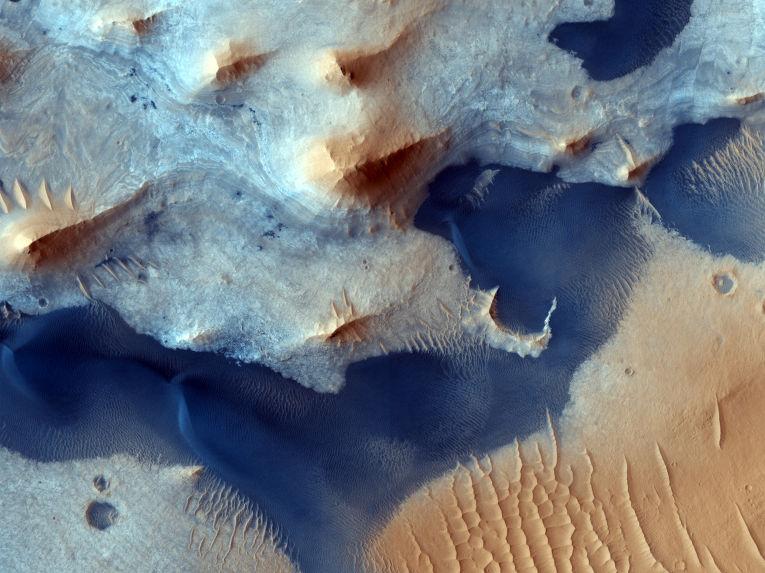 Осадочные отложения в кратере Pasteur.