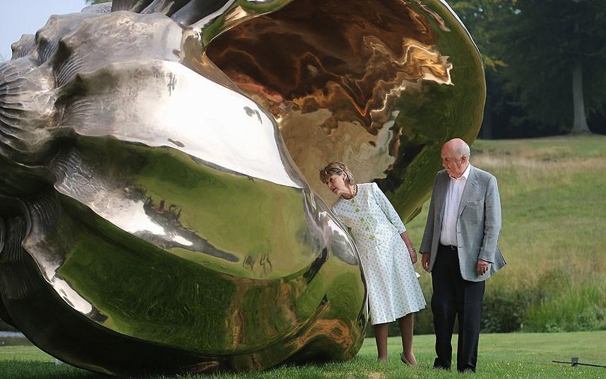 Герцог и герцогиня Девоншира   Спиральные галактики  на территории Chatsworth House выставка скульптуры