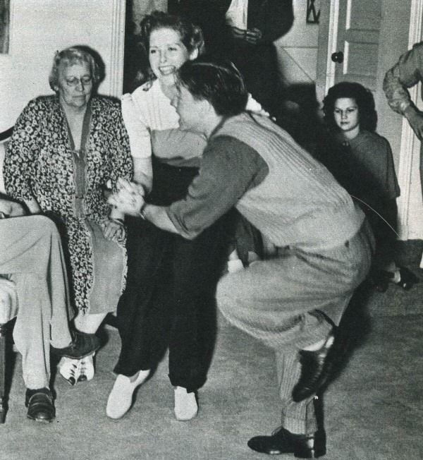 Микки Руни танцует под свою музыку