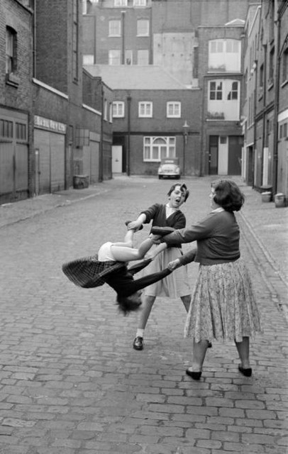 Девушки играют, c.1956 на Оскар ван Альфен