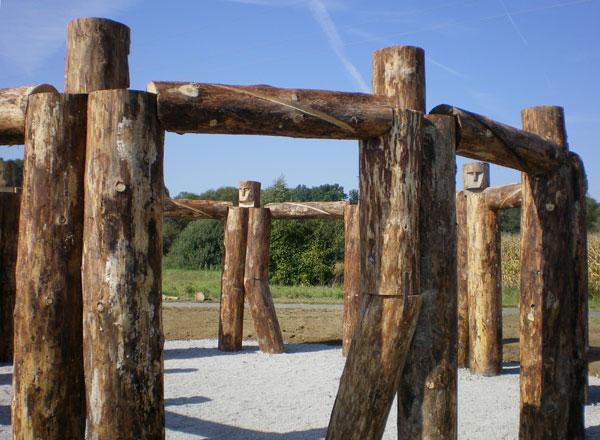 Вудхендж  2007 год. Дерево, железо, гравий.