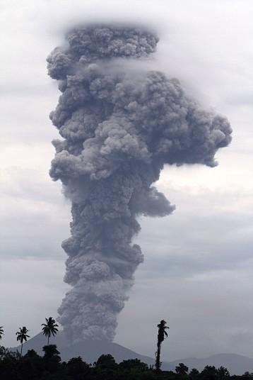 Вулкан Локон в Индонезии  извергает столб пепла облака 2500 метров в воздух во время серии извержений, из городских Tomohon.