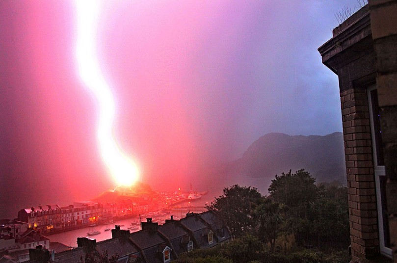 Молния попадает в шпиль Святого Николая Часовня в Ilfracombe, Девон
