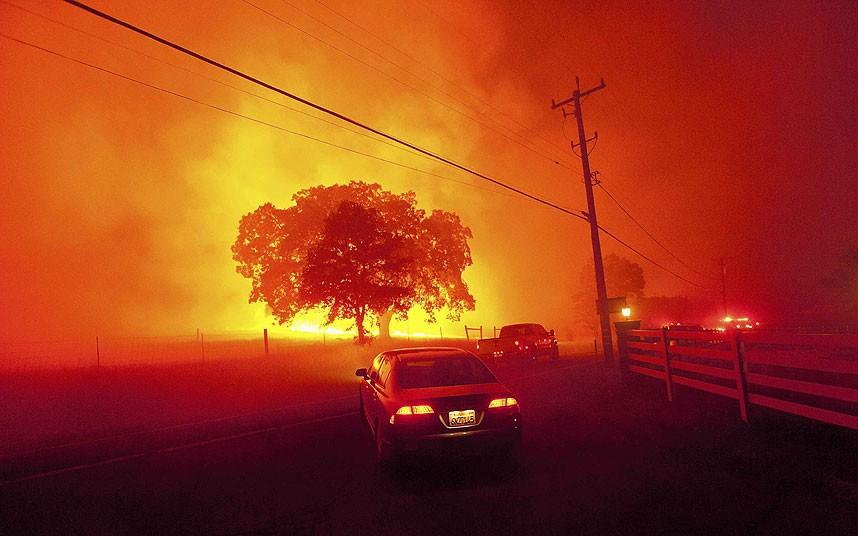 огонь вдоль дороги Morgan Morgan Территория вблизи Клейтон, Калифорния,