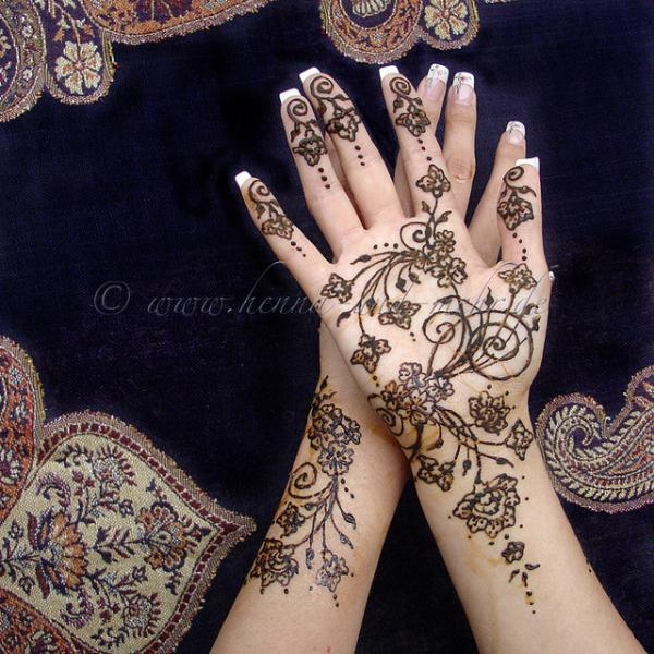 5-henna-hands-for-amber600_600