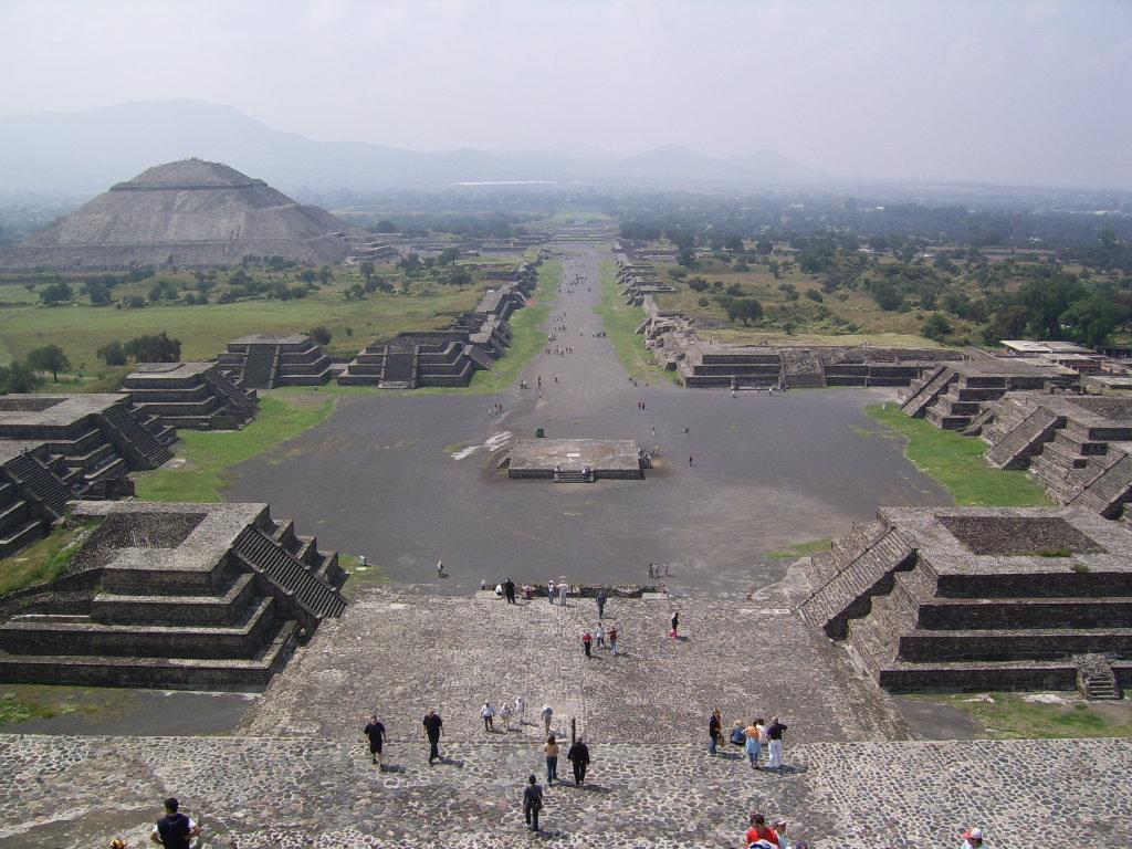 teotihuacan - calzada de los muertos- vista desde la Pirámide de la Luna