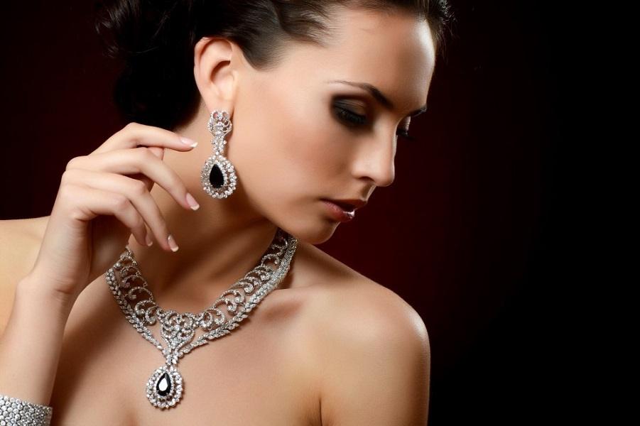 девушка-в-бриллиантовых-украшениях-1000x662.jpg