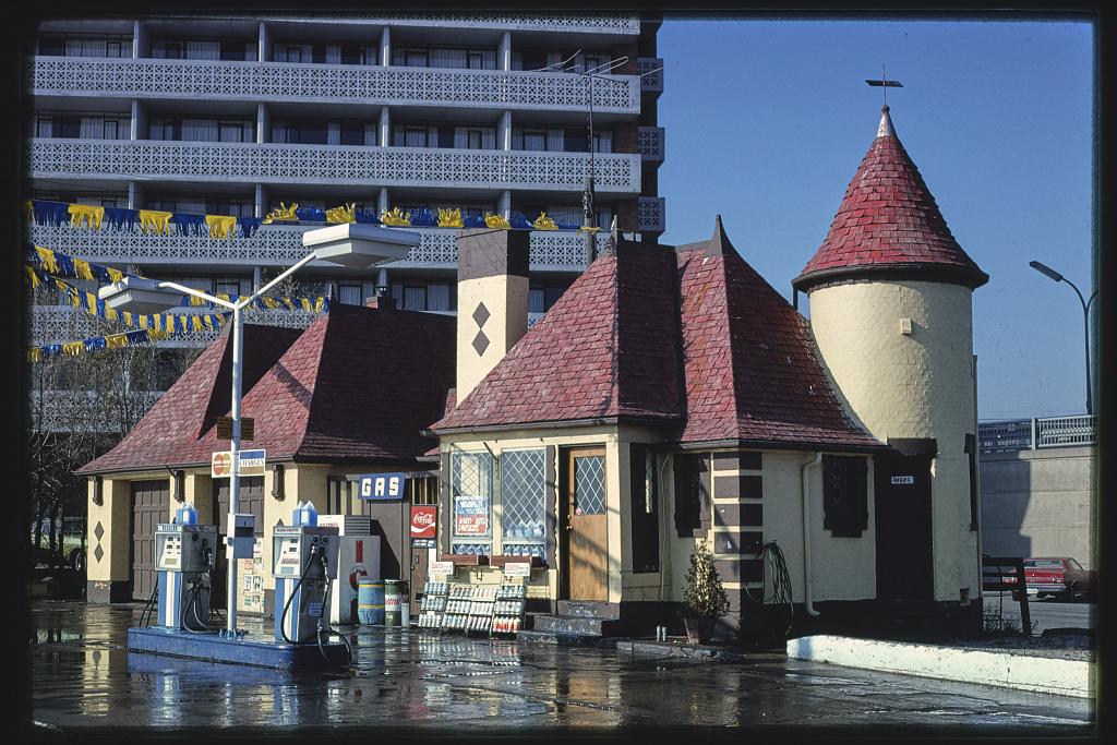 Premium-gas-station-formerly-Joy-gas-station-Lakeshore-Boulevard-Wondermere-1987.jpg