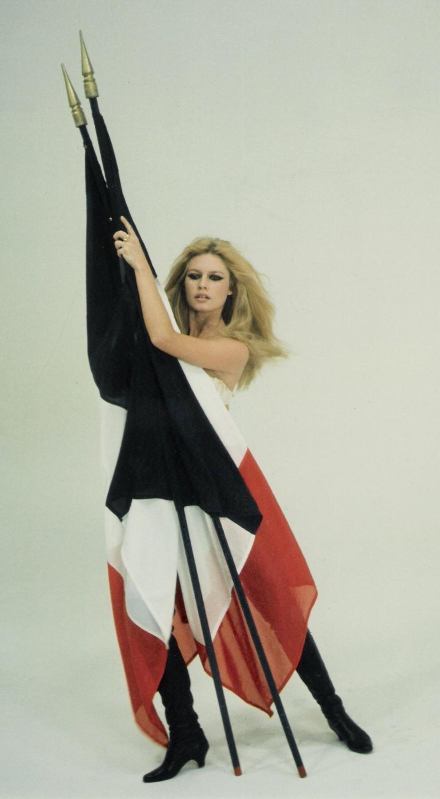ob_50b190_1967-brigitte-bardot-et-le-drapeau-f.jpg