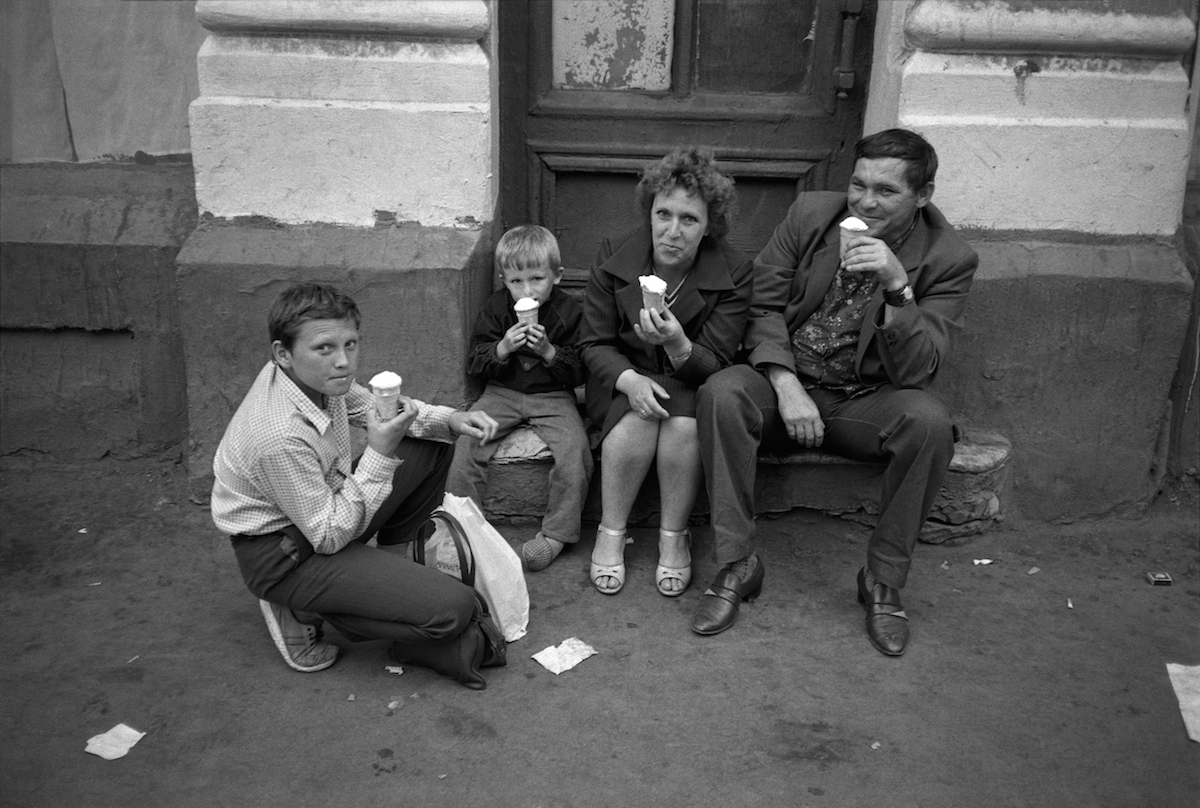 029-MOSCOW-Family-enjoy-icecreams-in-GUM-RGC-SMALL.jpg