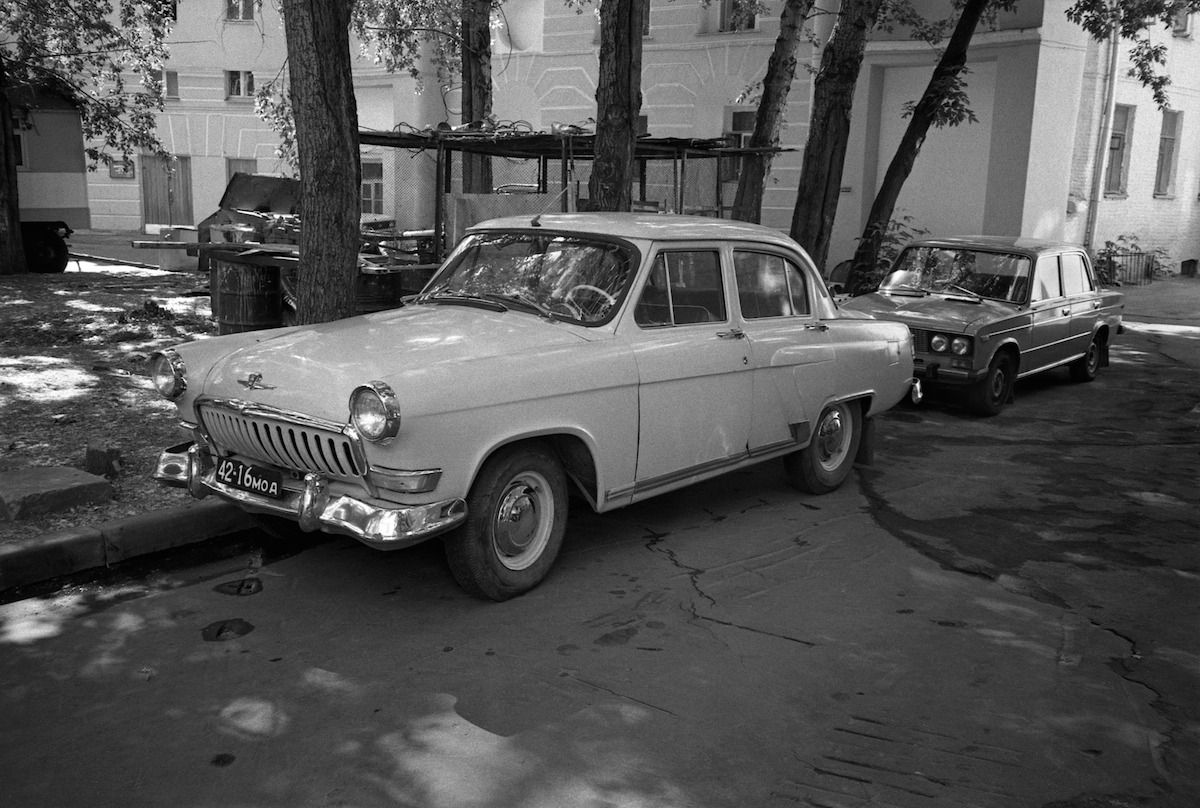 036-MOSCOW-Classic-Soviet-cars-Volga-and-Lada-RGC-SMALL.jpg