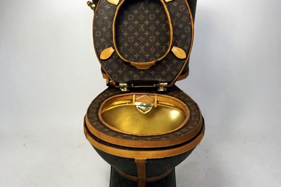 00-promo-lv-toilet.jpg
