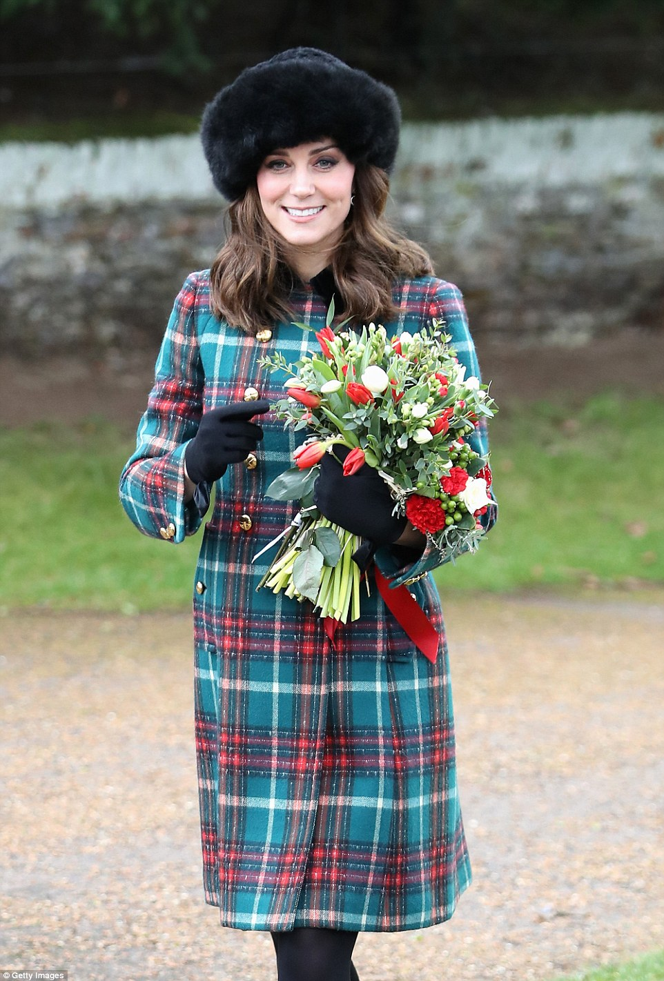 4791568D00000578-5211253-Kate_Middleton_flashed_a_smile_at_waiting_crowds_of_well_wishers-a-14_1514213782680.jpg