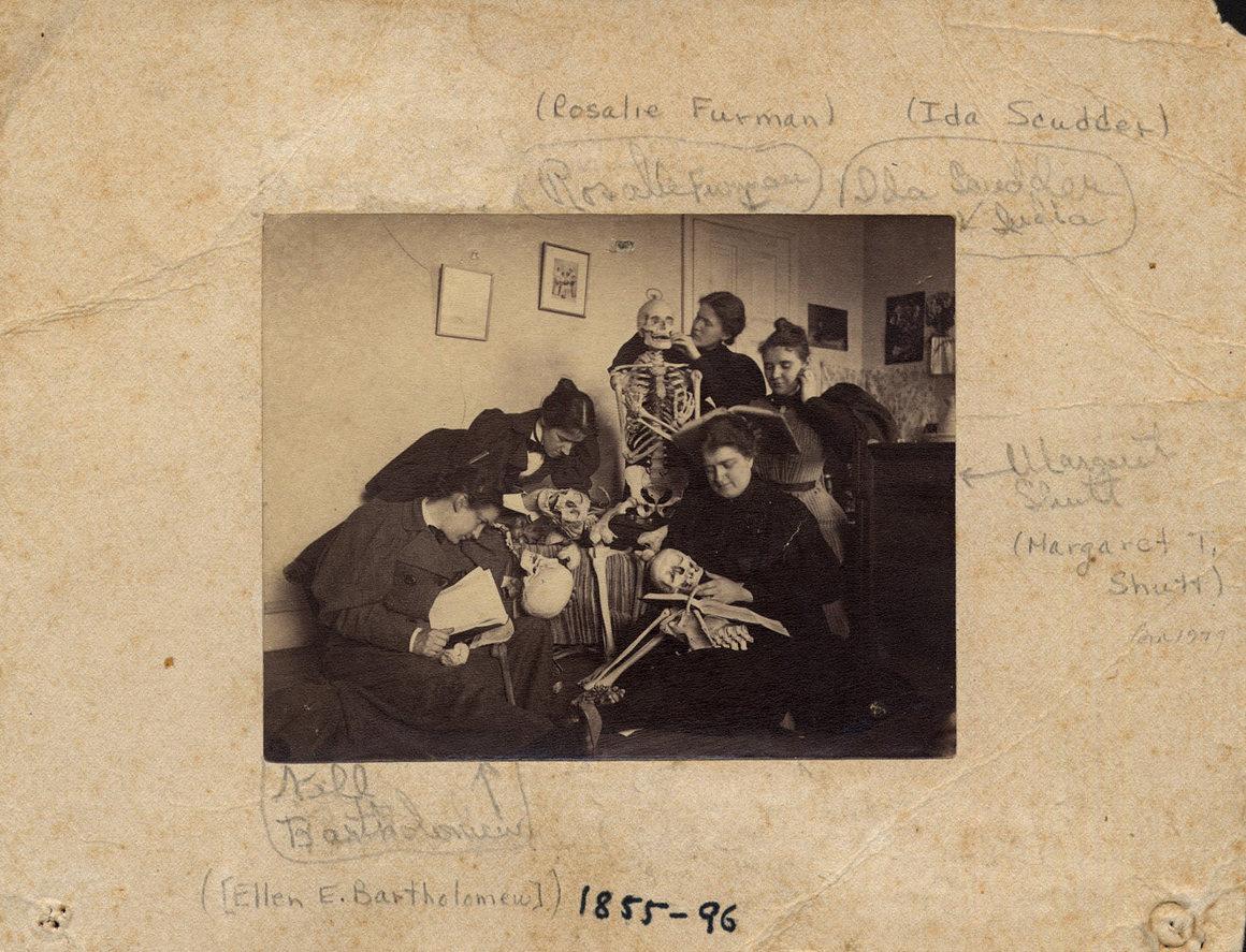 Студентки с скелетами, ок. 1895..jpg