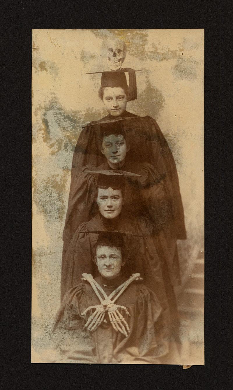 Четверо выпускниц, вместе с черепом и некоторыми костями, из записки Лауры Хит Хиллз, класс 1896 года..jpg