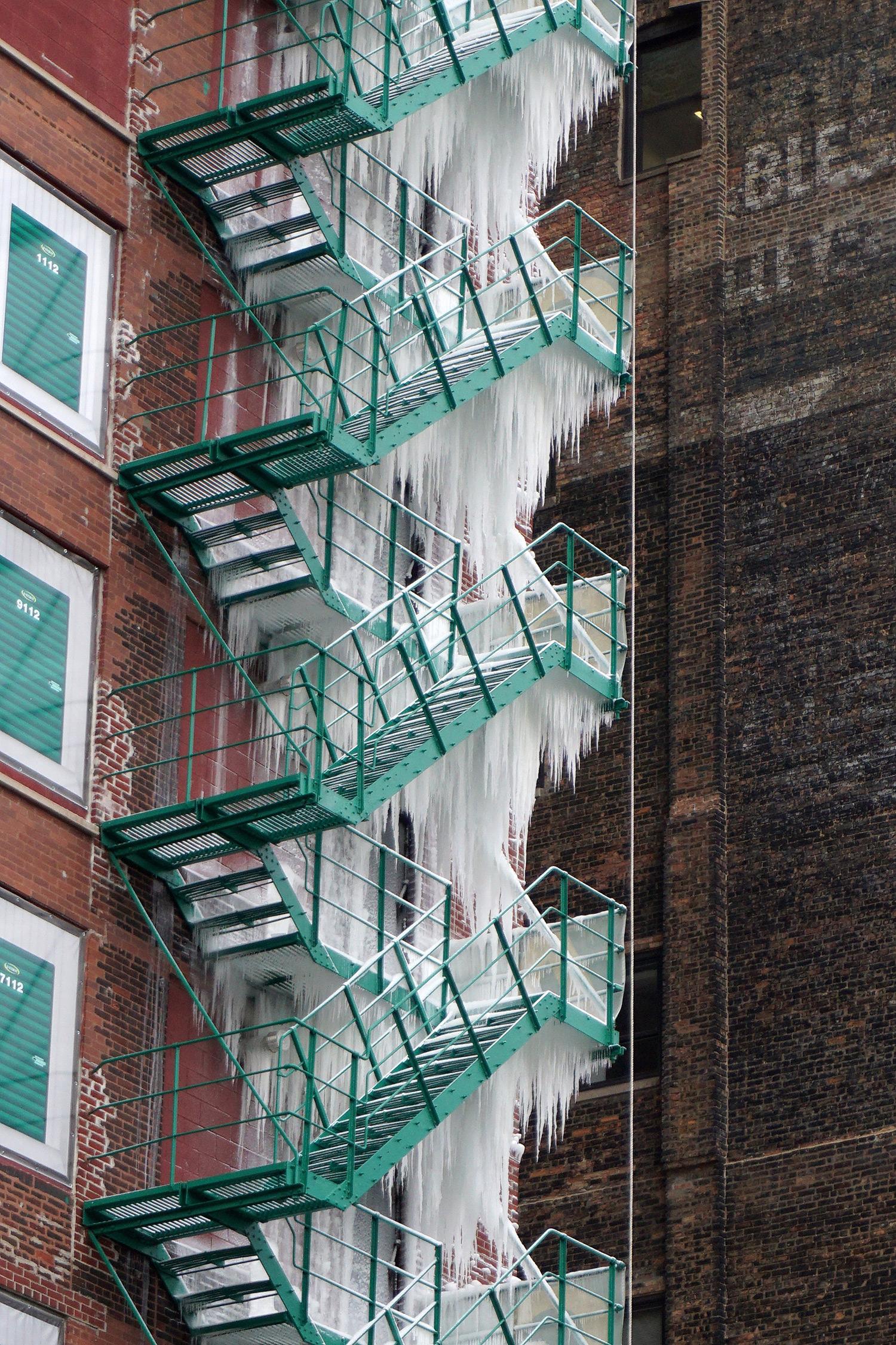 Однажды в Чикаго конце, башню, каскадом, хлынула, пожарной, лестнице, быстро, замерла, ледяную, Уличный, 21этажном, артфотограф, Эндрю, остановился, захватил, несколько, снимков, удивительного, отеля, системе