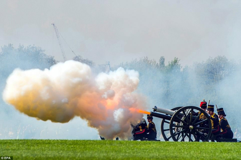 4B634CAB00000578-5642595-Incredible_images_show_blazing_gun_s_in_London_Hyde_s_park_to_ma-a-18_1524394650676.jpg