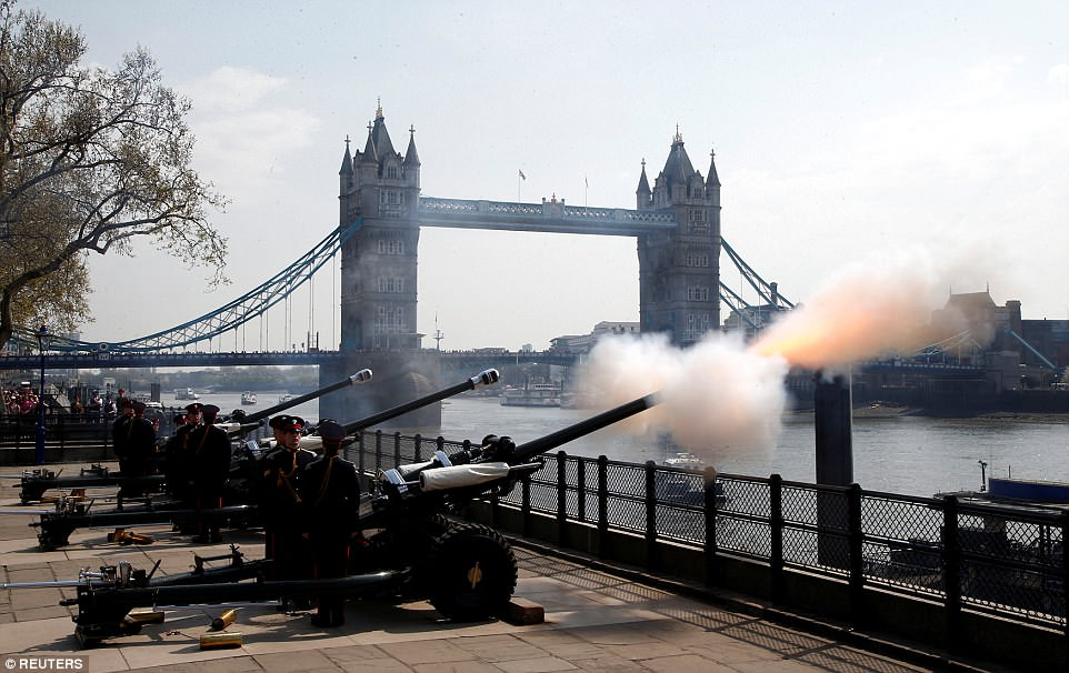4B637E7500000578-5642595-Members_of_the_Honourable_Artillery_Company_fire_a_62_gun_salute-a-22_1524394650925.jpg