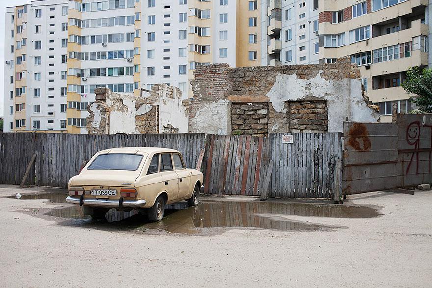 Moskvitsch in front of destroyed biulding