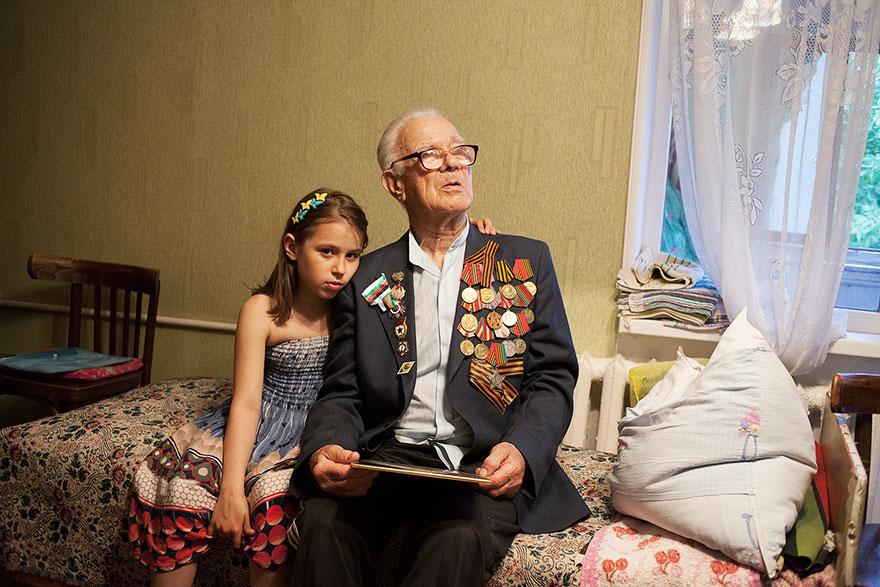 Veteran Fadejew Jakob Iwanowitsch with his granddaughter