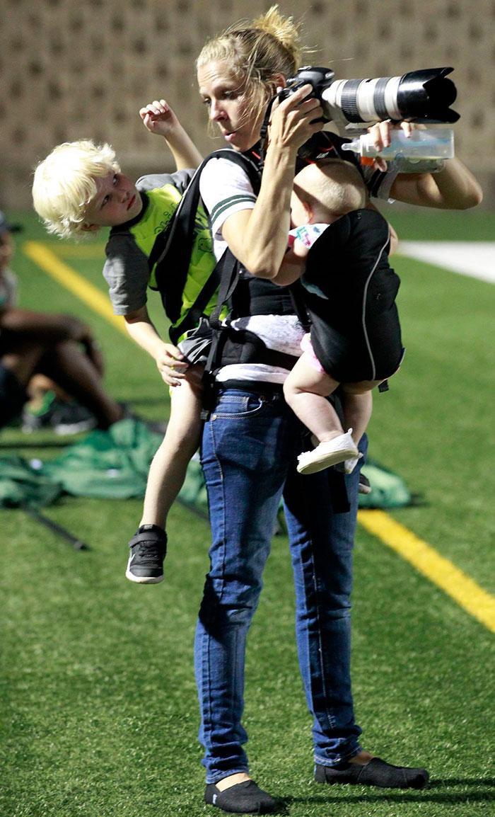 mom-photographer-multitasking-baby-kids-melissa-wardlow-1.jpg