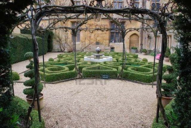 6915287-topiary-knot-garden-and-fountain-at-sudeley-castle-in-winchcombe-gloucestershire-united-kingdom