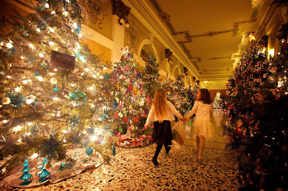 Капитолий был украшен более чем 100 елками.