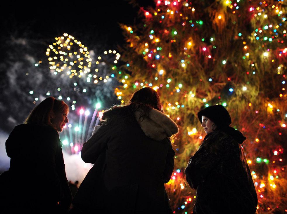 Салют в честь зажжения рождественской елки в городе Августе