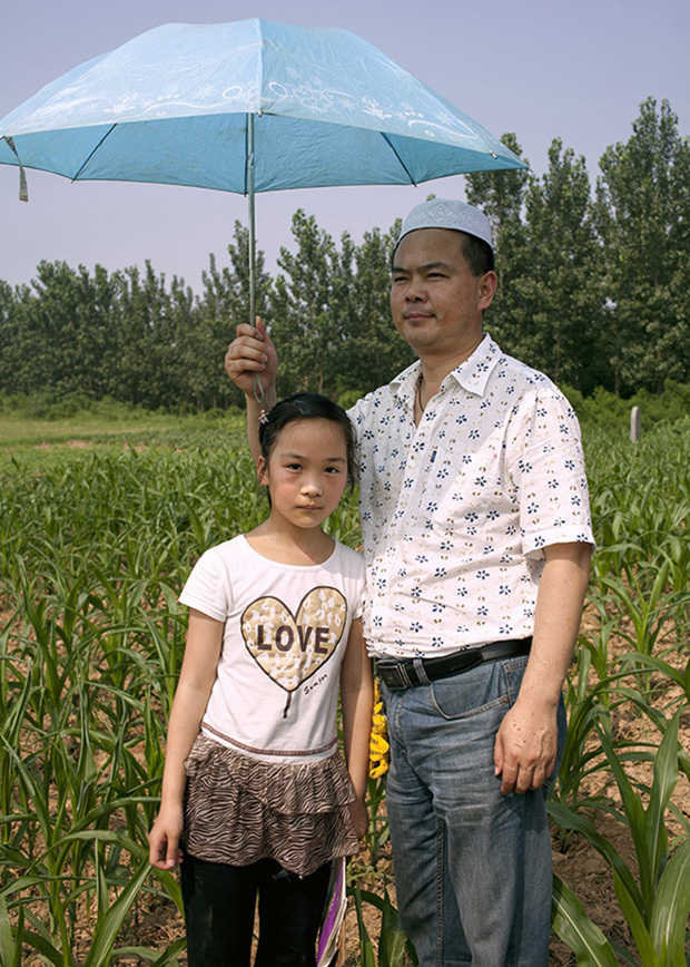 China / Henan Province / Luoyang / Mapo village / 28.6.2013 / Sufeiya and her father,  Ding Shixiao, pose for a portrait during the 36th anniversary of the death of the great-grandfather of Ding Lan.© Giulia Marchi