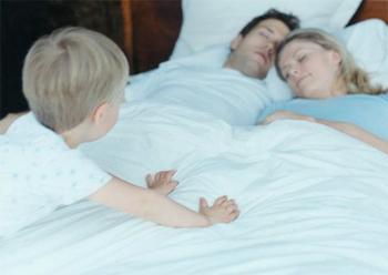 Дети в постели родителей. 00001_303