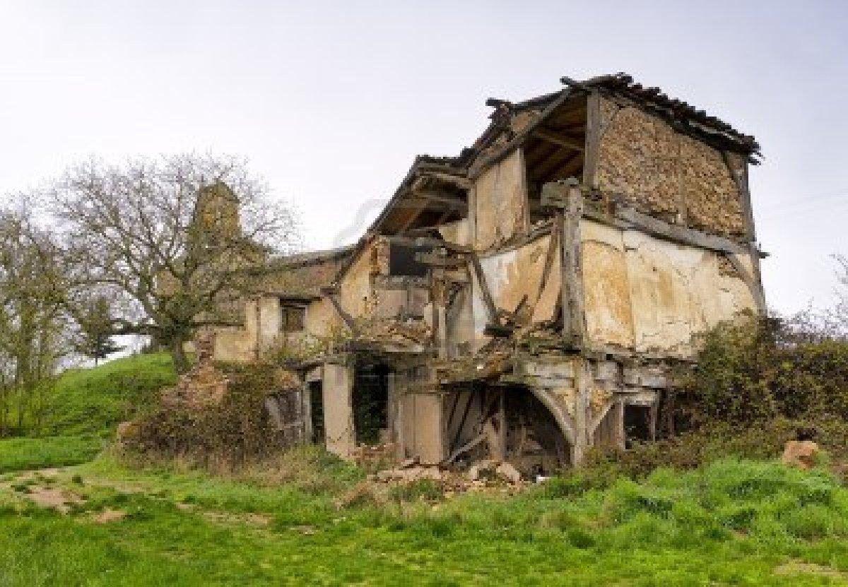 13759590-las-casas-y-la-iglesia-en-ruinas-de-un-pueblo-abandonado-en-la-provincia-de-burgos-espana