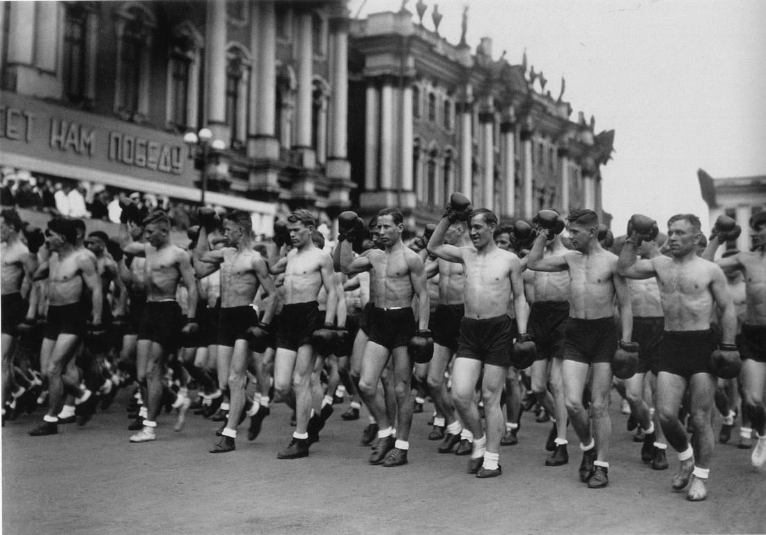 Ленинград, 1933. Колонны физкультурников на площади Урицкого (Дворцовая пл.)