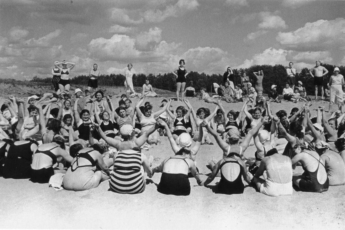 Москва. В парке. 1938. Фото Э. Евзерихина