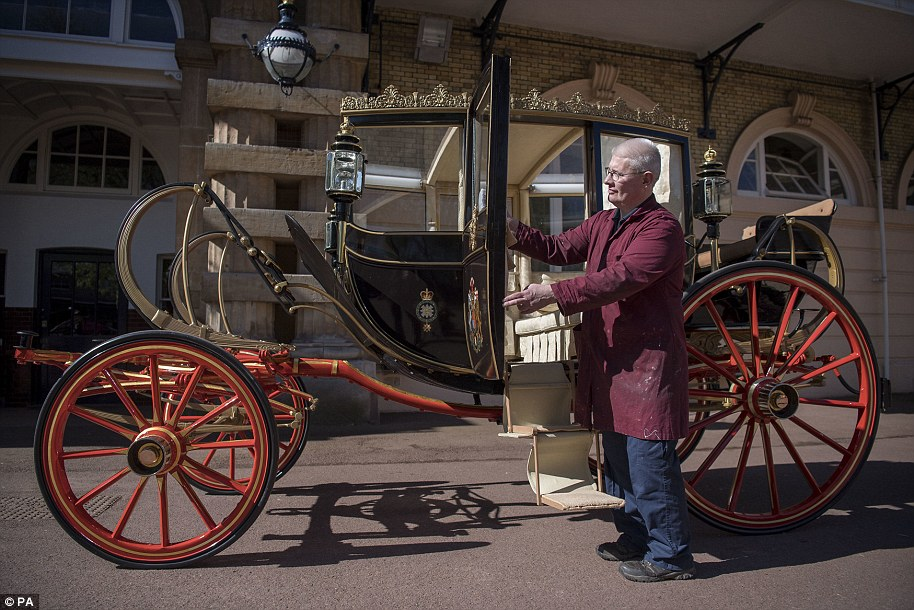 4BC3200C00000578-5681877-Martin_Oates_senior_carriage_restorer_polishes_the_Scottish_Stat-a-38_1525270826277.jpg