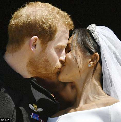4C6DF84900000578-5747477-Meghan_and_Harry_s_kiss_sparked_huge_cheers_from_people_outside_-a-50_1526738881724.jpg