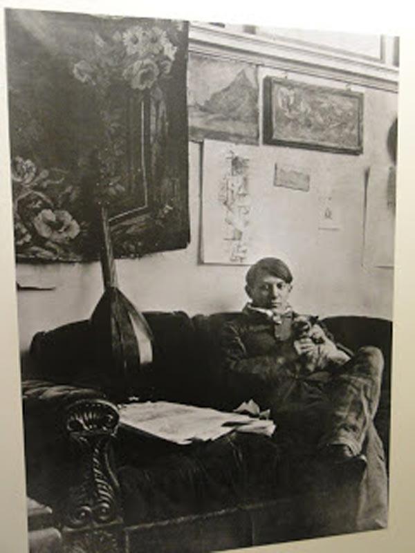 Молодой Пикассо и его сиамский кот Мину