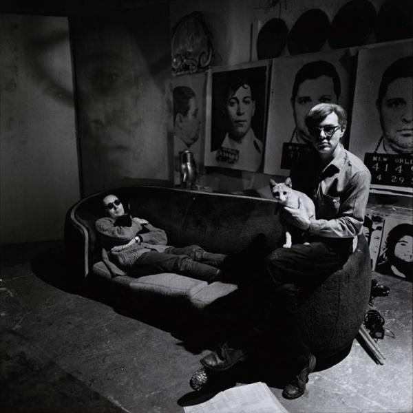 Энди Уорхол в своей студии с Робертом Индианой и котами