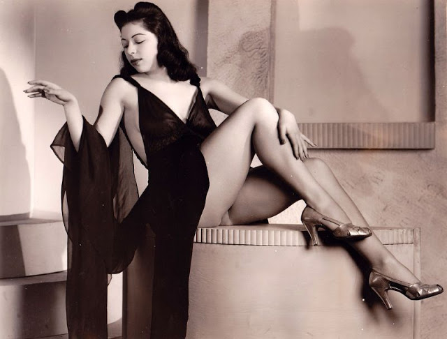 Pin-Up Girls of the 1940s (3).jpg