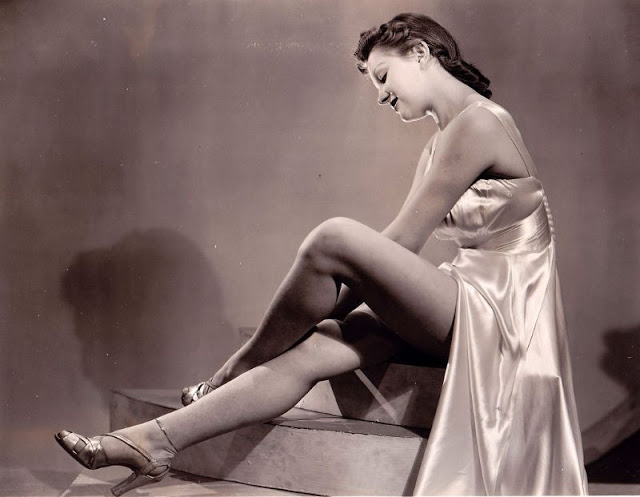 Pin-Up Girls of the 1940s (5).jpg