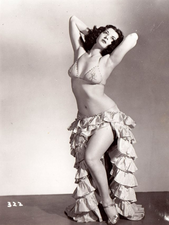 Pin-Up Girls of the 1940s (8).jpg