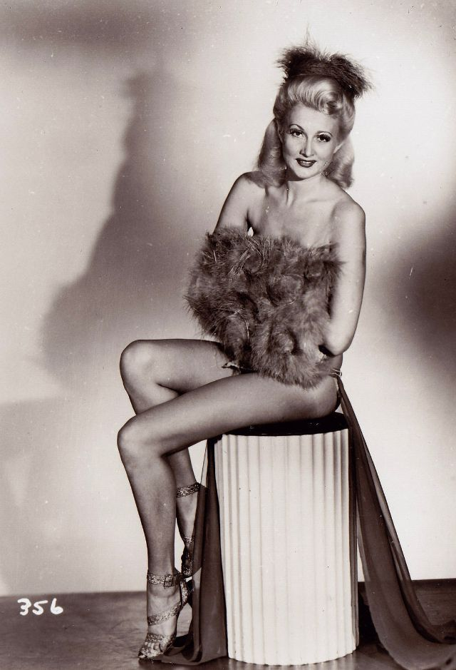 Pin-Up Girls of the 1940s (9).jpg