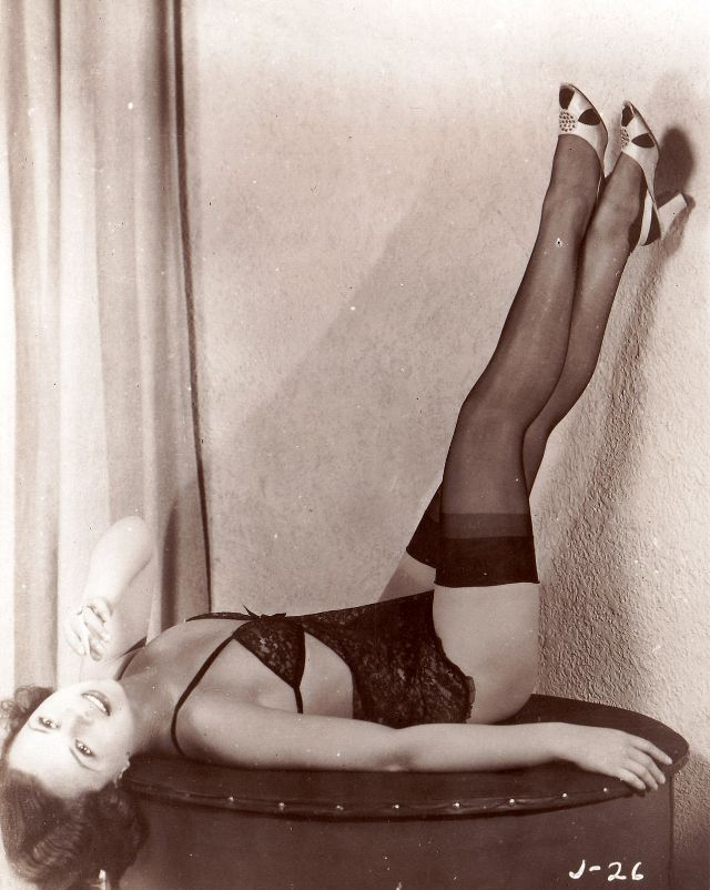 Pin-Up Girls of the 1940s (10).jpg