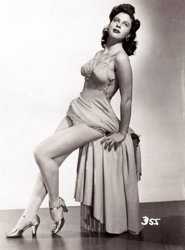 Pin-Up Girls of the 1940s (13).jpg