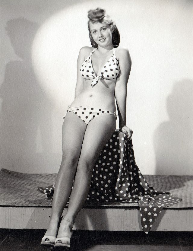 Pin-Up Girls of the 1940s (21).jpg
