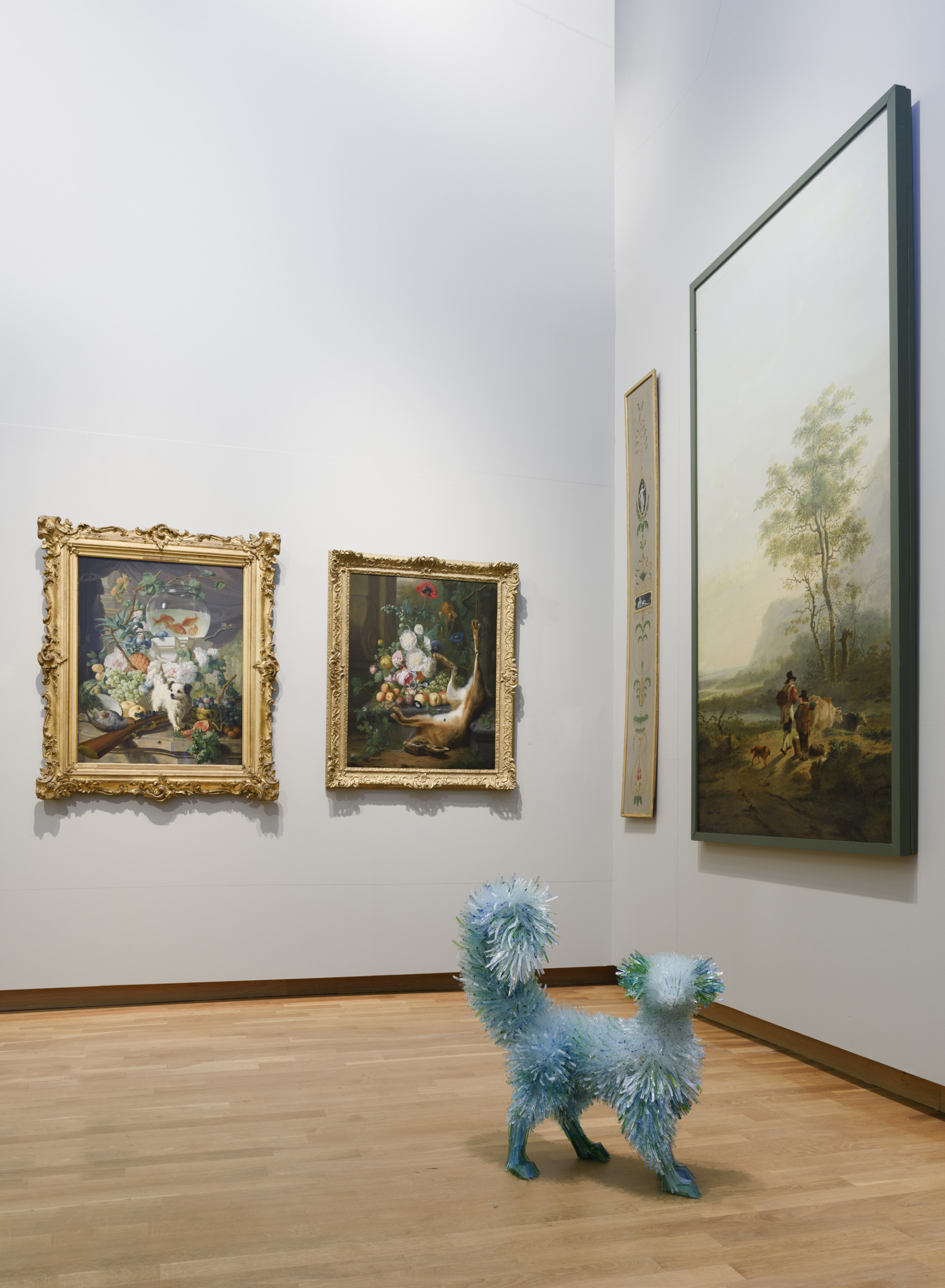 Не зоопарк: рыбы, собаки и обезьяны из мерцающих осколков стекла животных, Польская, непосредственной, картинах, прошлого, художник, часто, размещает, скульптуры, близости, найденных, вдохновляющих, произведений, искусства, Klonowska, живет, Варшаве, студия, классических, изображениями