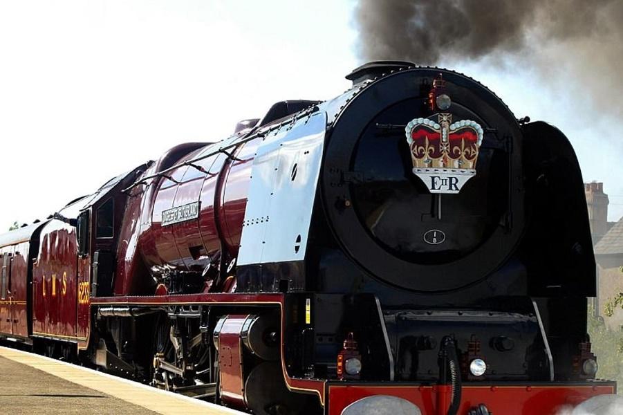 Королевский поезд выходит из депо. И повезет Меган